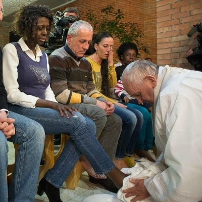 Pope-Francis-washes-feet